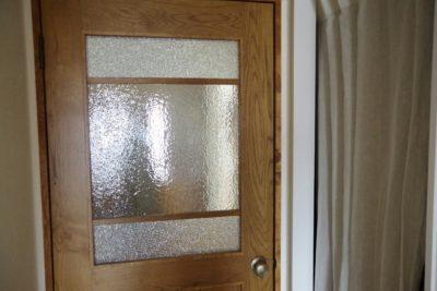 ドアも曇りガラスを使用