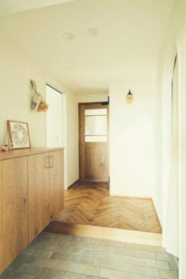 マンションの玄関インテリアでもリノベーションおしゃれ暗い玄関を明るくする方法