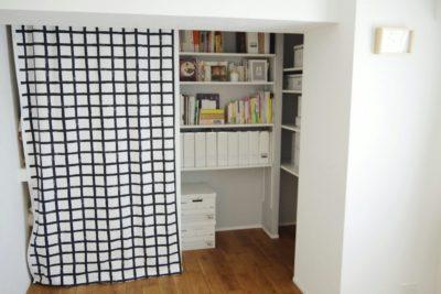 寝室の押入れと本棚がある天井クロスの隅にカビ