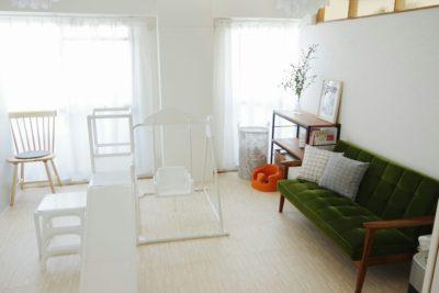 木目調白の大判ジョイントマットを敷いた子供部屋です。