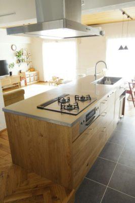 アイランドキッチンの収納は造作の木と真鍮の取っ手です。