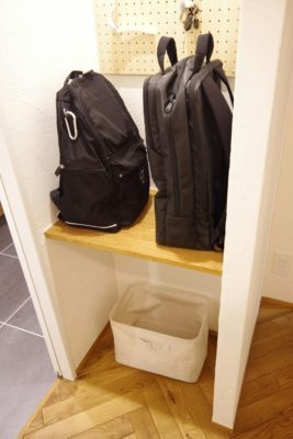 帰宅後のかばん置き場問題を解決!リュック用のバッグ置き場をリビングの近くに!