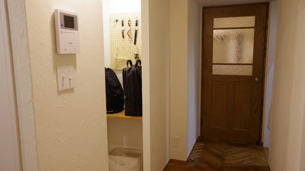 帰宅後のかばん置き場問題を解決!リュック用のバッグ置き場をリビングの